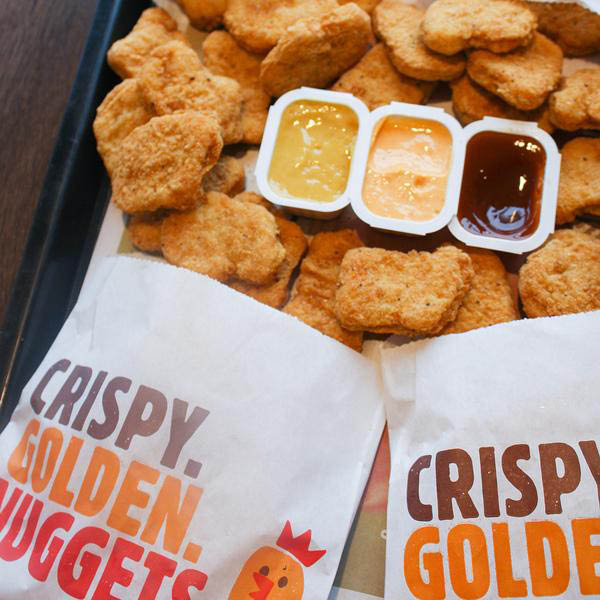 Taste golden crispy chicken nuggets at Burger King with your choice of three dunking sauces. This is prime lunch or dinner food, or a snack in the middle of the day or late at night. Juicy chicken, covered in crispy coating and fried to golden perfection.