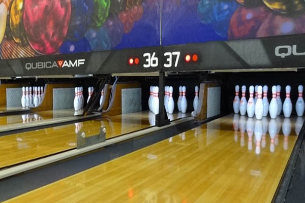 Bowling alley that offers group discounts
