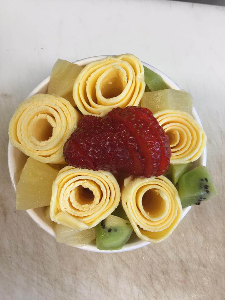 Ice cream rolls with kiwi and strawberry