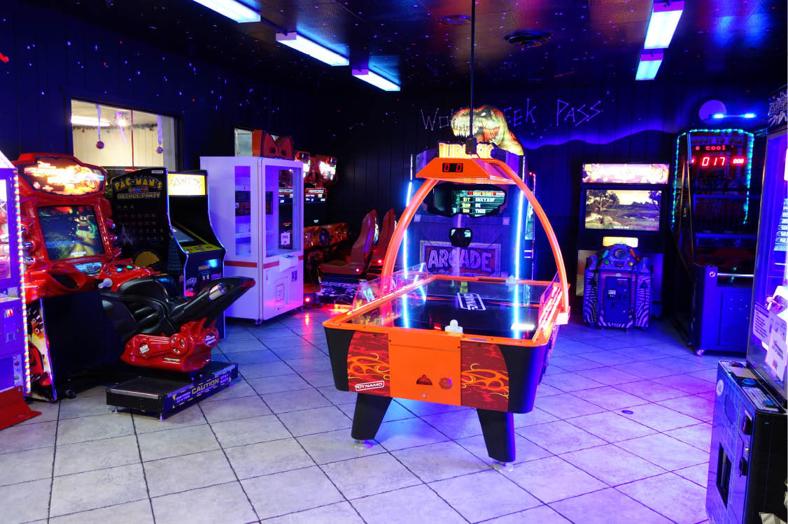 Arcades and games for entertainment at Santa Maria CA bowling alley